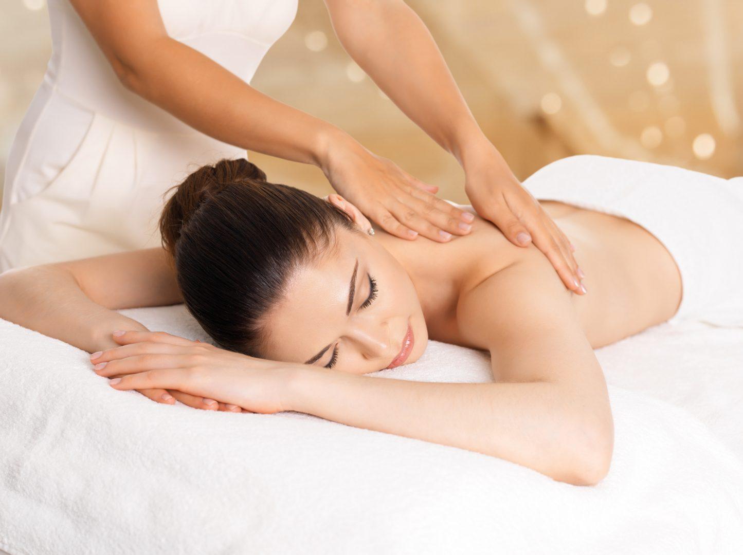 Entspannte Massage im Spa